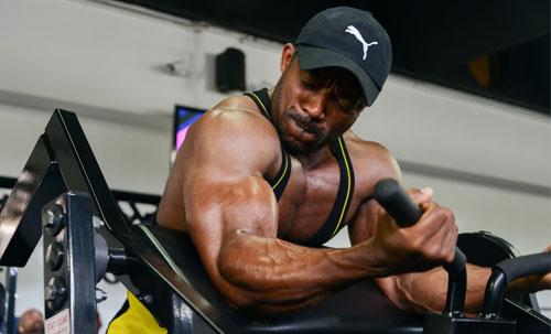 une homme s'entraîne sur une machine de musculation à Body Staff Gym salle de sport à Artigues-près-Bordeaux